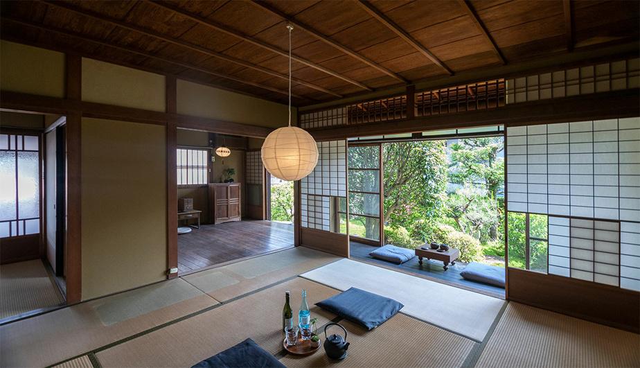 Les shojis, une fois ouverts, laissent entrer la lumière et permettent d'apprécier le jardin traditionnel.
