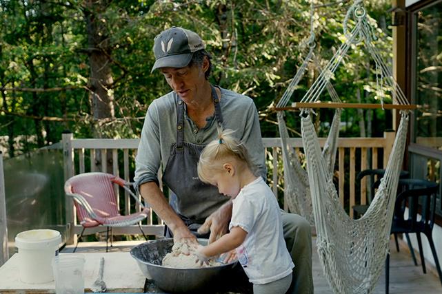 Adéla?de, la benjamine de la famille, met littéralement la main à la pate en confectionnant du pain avec son papa.