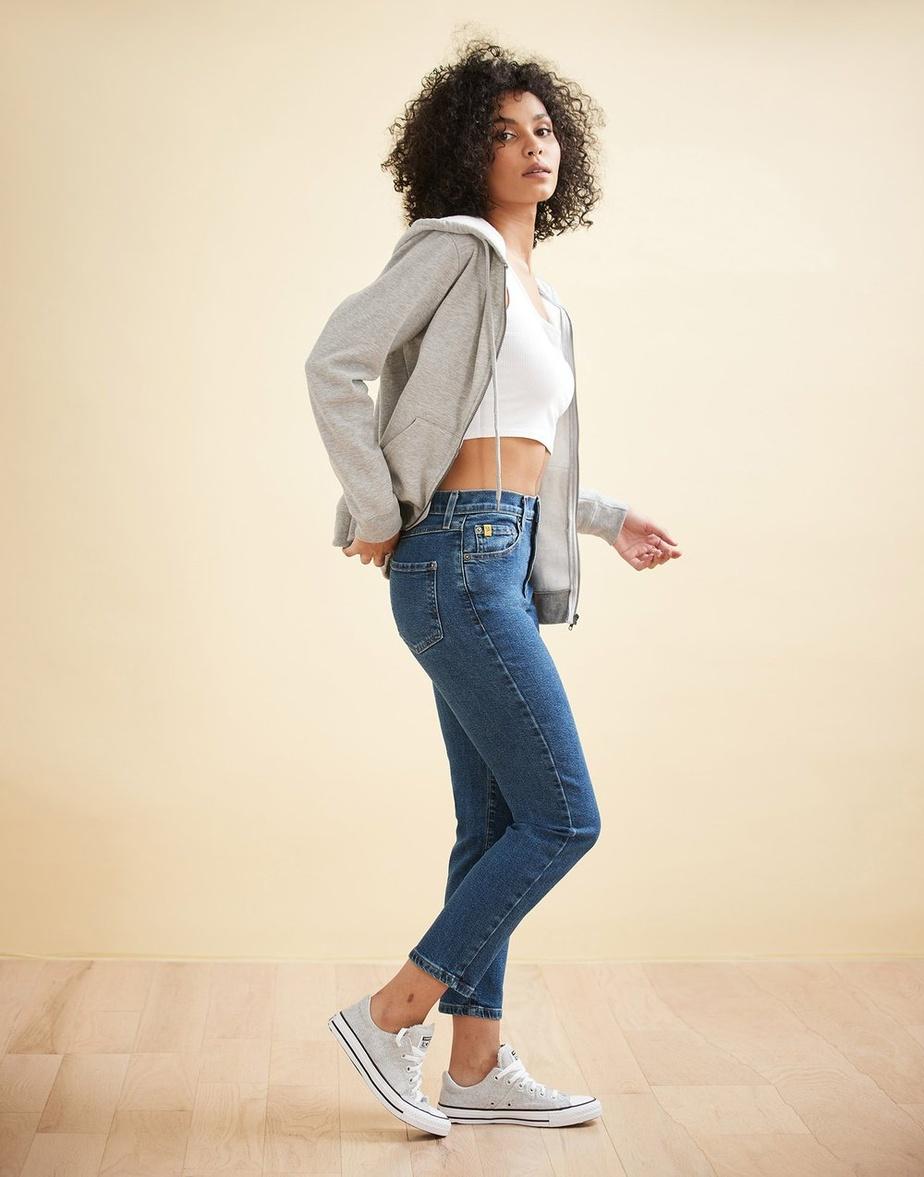 Une version flatteuse du «mom jeans», le modèle Emily à taille haute, coupe Barbuda. Prix: 148$.