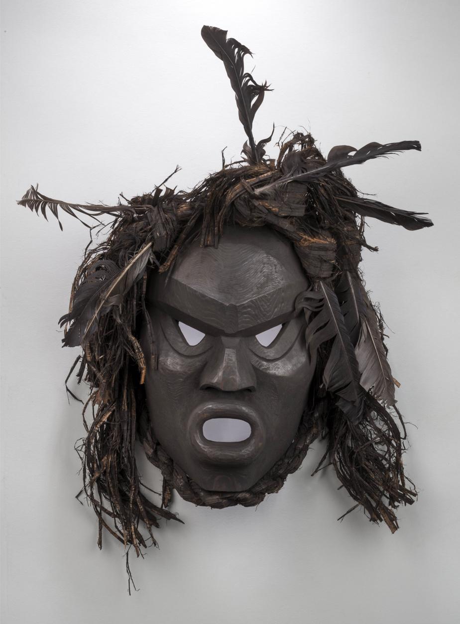 Ghost [Spectre], 2012, Beau Dick (1955-2017), bois, fibres végétales, plumes, peinture. Collection MBAM. Don de W. Bruce C. Bailey.