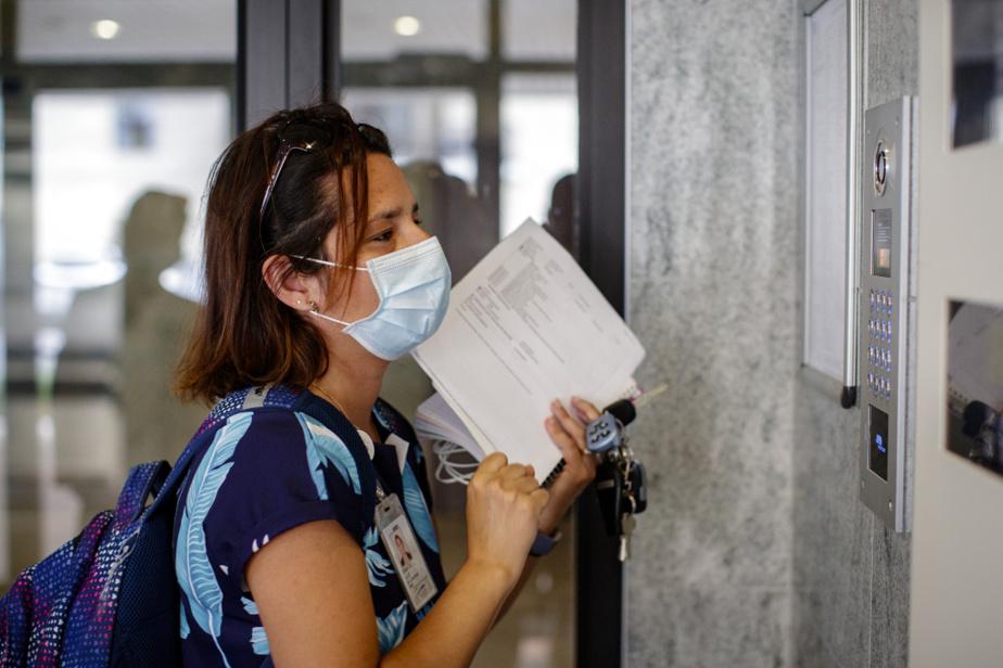 Vers 10h30, l'infirmière entre dans une résidence pour aînés de Laval pour aller voir une patiente qui souffre d'un cancer du sein en phase terminale. Celle-ci présente une plaie néoplasique spectaculaire à l'épaule qui s'étend jusqu'à l'oreille. Elle est heureuse de voir arriver l'infirmière: «Ah! C'est ma Julie.»