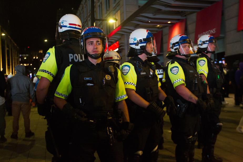 Dès la rencontre terminée, l'escouade antiémeute du Service de police de la Ville de Montréal a pris position afin de contenir tout débordement.