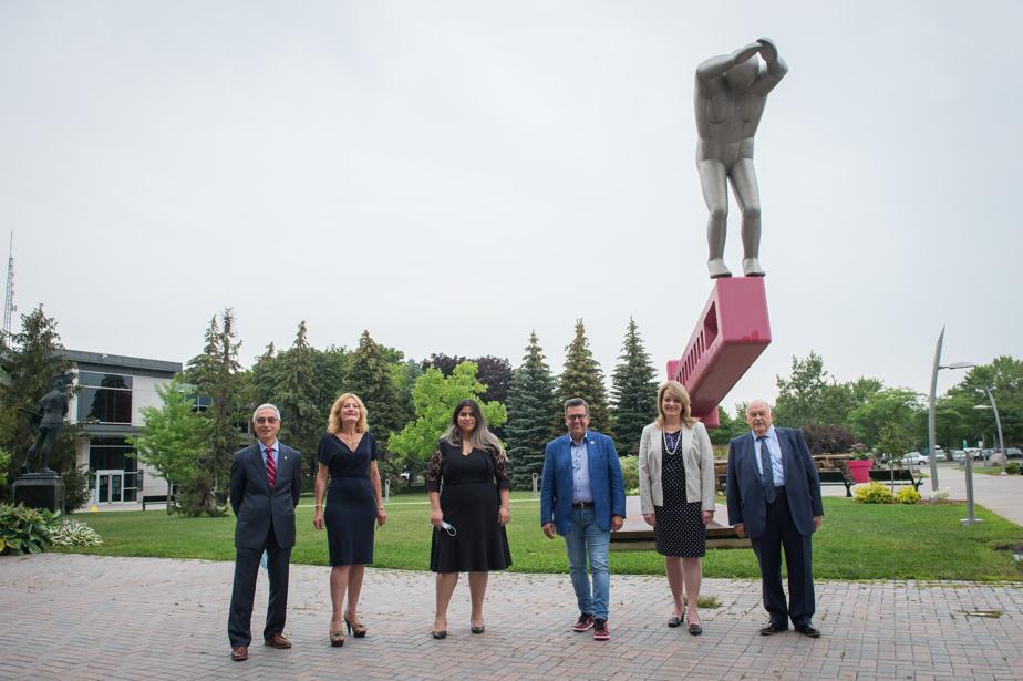 De gauche à droite: Dominic Perri, Angela Gentile, Arij-Abrar El Korbi, Denis Coderre, Suzanne DeLarochellière et le maire de Saint-Léonard, Michel Bissonnet