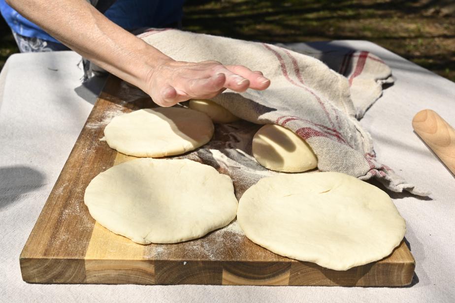 Il suffit d'utiliser la paume de sa main pour aplatir les boules de pâte.