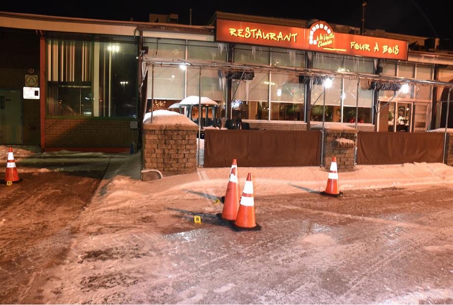 Les policiers ont retrouvé huit douilles, dont une seule percutée par l'arme d'Anglade, devant le restaurant À la vieille cheminée.