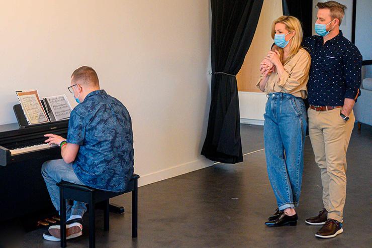Moment attendrissant au cours duquel Véro et Louis ont pu entendre Alexandre, un des résidents de la maison, jouer une pièce au piano.