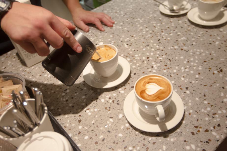 Josh Bouchard, gérant, prépare des cafés.