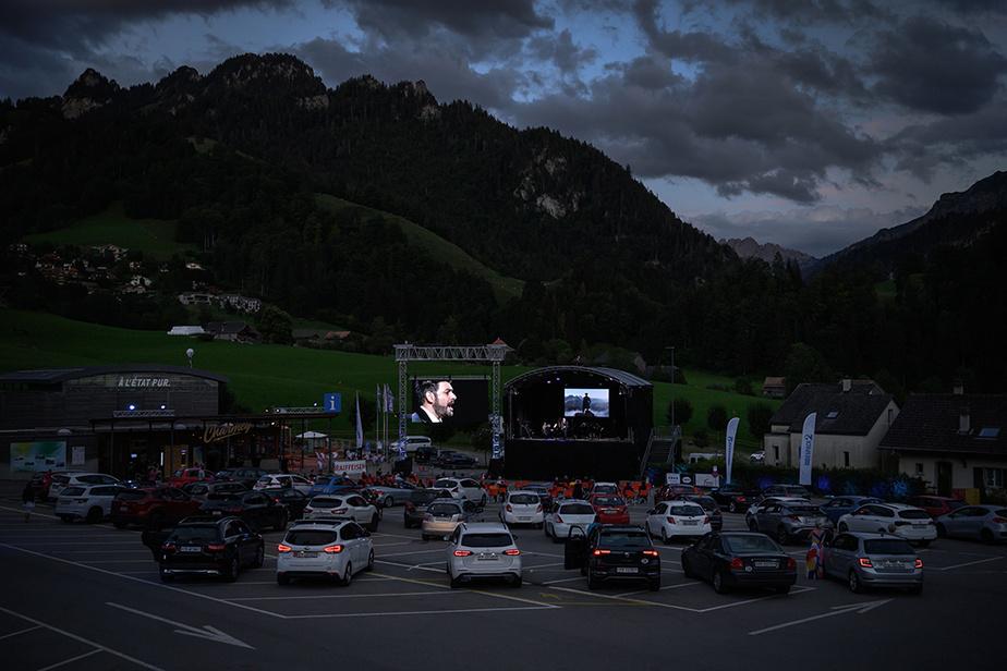 Les «spectacles au volant» se sont multipliés un peu partout dans le monde. Ci-dessus, le ténor turco-autrichien IlkerArcayurek participe au Festival du Lied, à Charmey, dans les Alpes suisses, le 31 juillet. Le concert de musique classique s'est terminé avec une symphonie de klaxons en guise d'applaudissements.