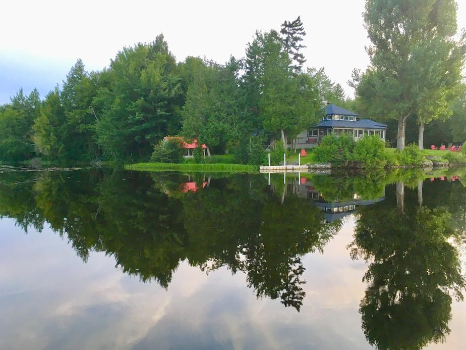 Vue de la propriété depuis les eaux calmes de la rivière Saint-François