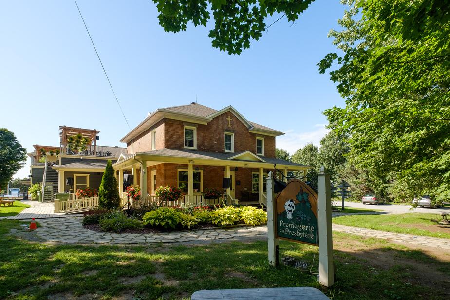 Le bâtiment historique est définitivement fermé au public, mais la vente se fait désormais dans le très beau magasin général du village.