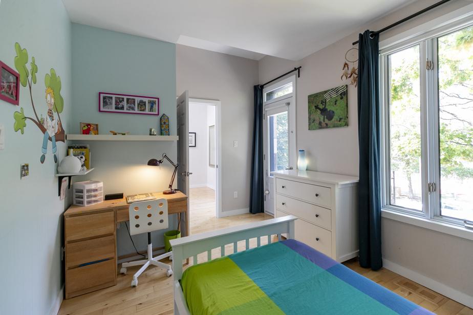 Chaque chambre d'enfant comprend un grand placard. Celle-ci se démarque par ses différentes hauteurs de plafond.