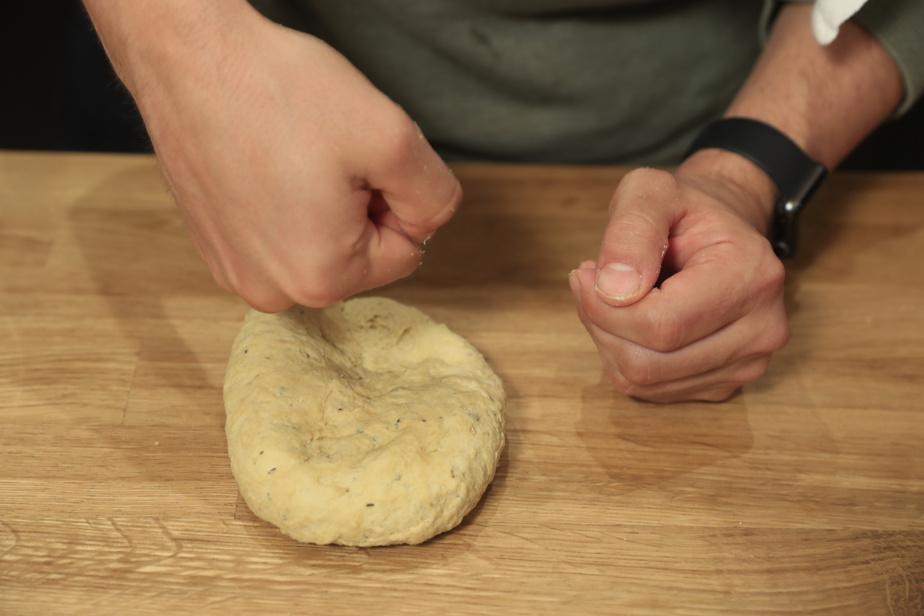 Avec les mains, pétrir vigoureusement la pâte 2 ou 3minutes.
