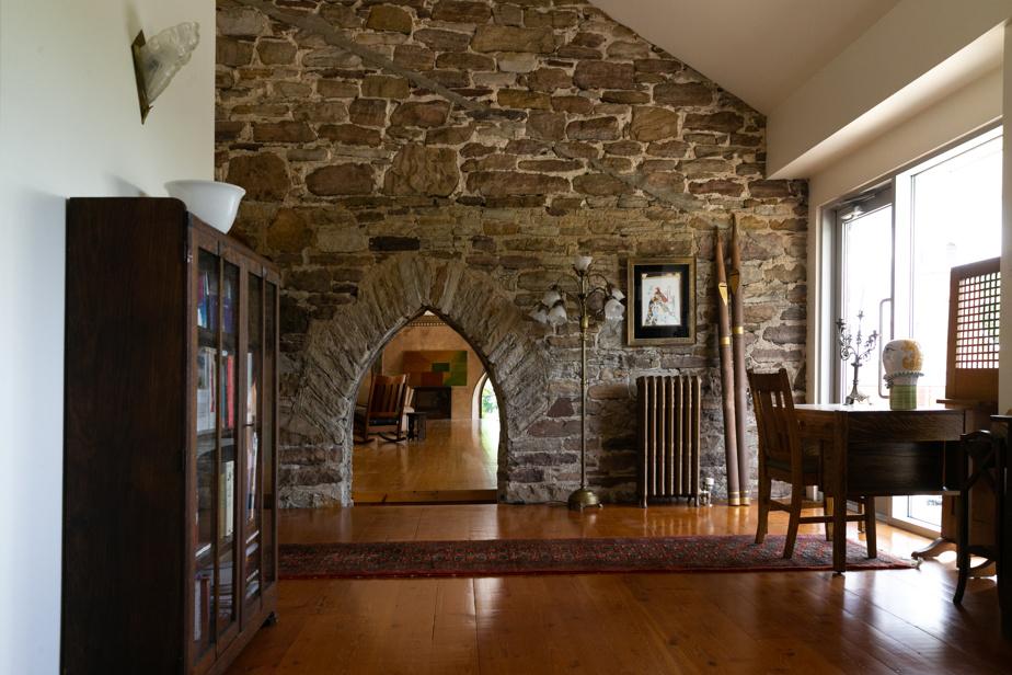 À l'étage, où le mur original de l'église sépare toujours les deux parties de la maison