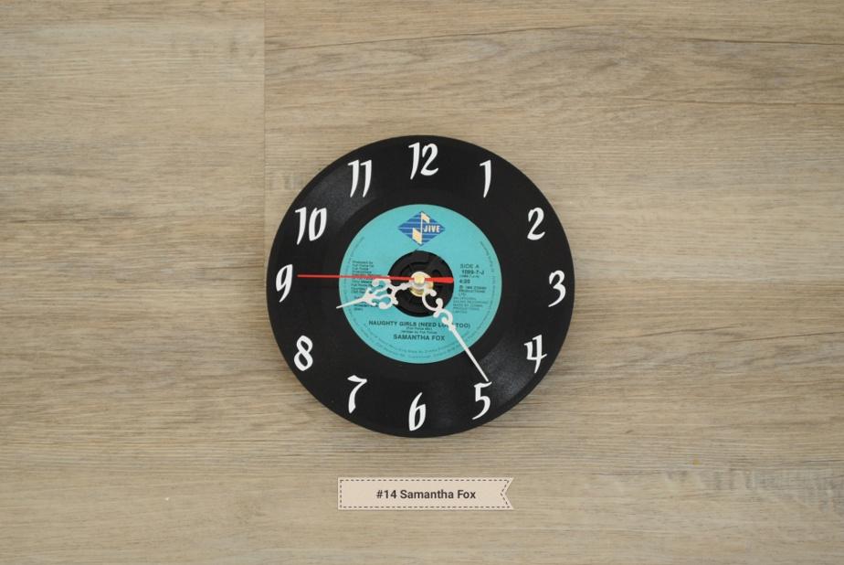 Nathalie Marquis crée des horloges en récupérant de vieux vinyles.