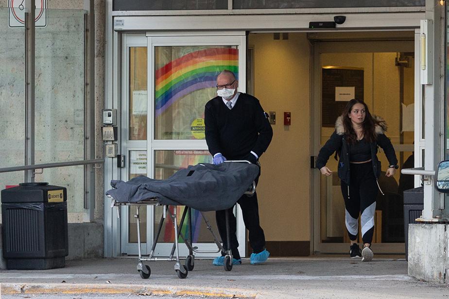 6avril2020. Déjà une scène familière: des employés d'une maison funéraire transportent le corps d'une victime de la COVID-19 depuis un CHSLD de Laval où le coronavirus a frappé fort.