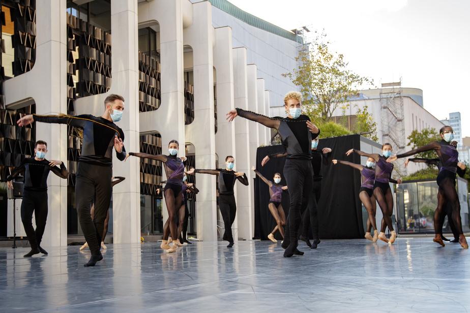 Célestin Boutin, au centre, interprète un extrait du répertoire des Grands Ballets sur l'Esplanade de la Place des Arts.