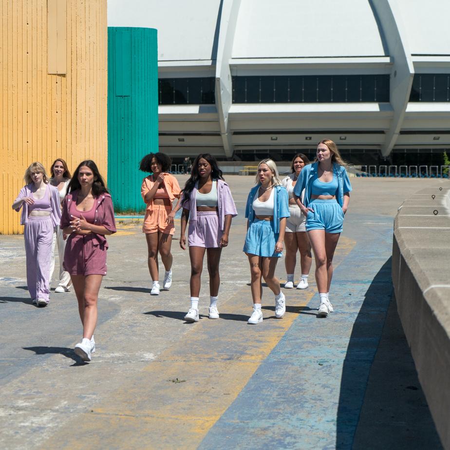 Les ensembles t-shirt/short ou pantalon de Girl Crush sont très colorés; on y trouve du bleu, orange, blanc et vert menthe.