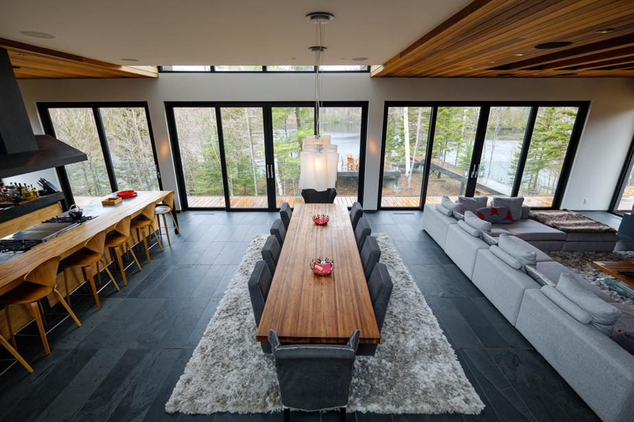 Le salon, la salle à manger et la cuisine composent le rez-de-chaussée. En enfilade, elles forment le cœur de la maison.