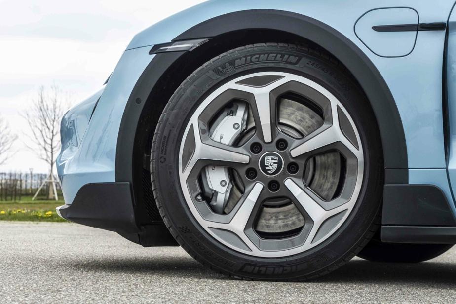 La récupération d'énergie au freinage n'est pas maximisée. Porsche justifie ce manque d'efficacité par son refus de dénaturer les sensations sportives recherchées par sa clientèle.