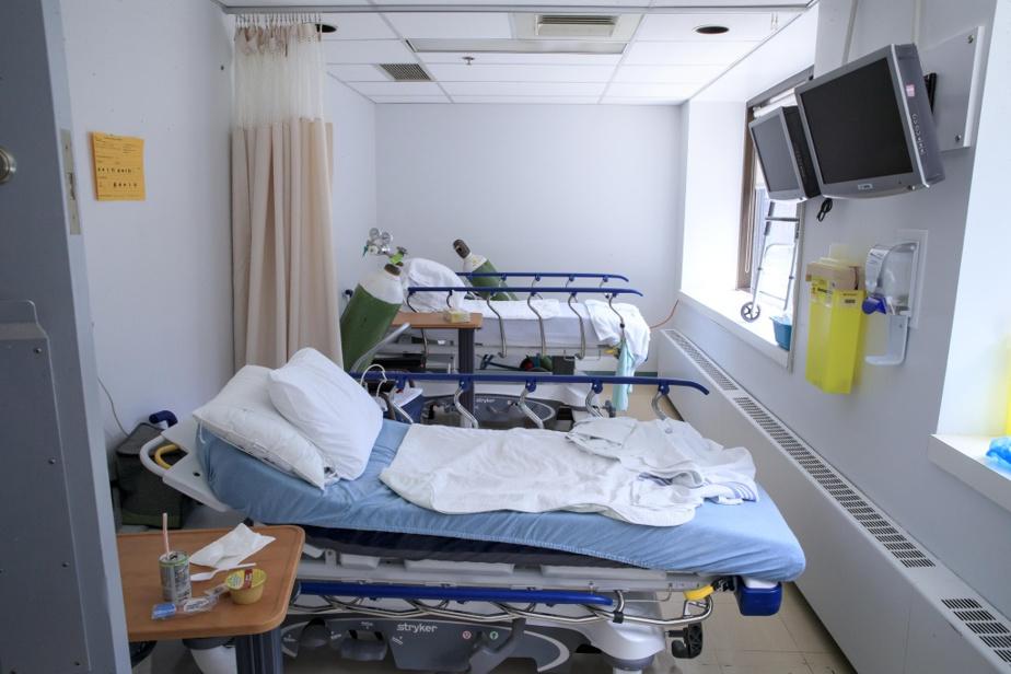 Petite chambre d'hospitalisation improvisée dans un local