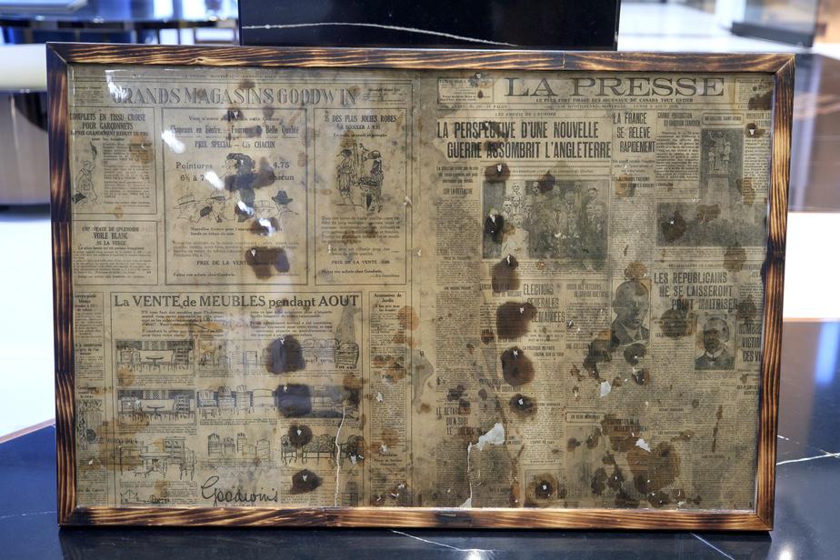 Les ouvriers ont découvert sous le couvre-plancher des pages du numéro du 9août1920 de LaPresse. Les précieux documents ont été immortalisés et coulés dans de la résine