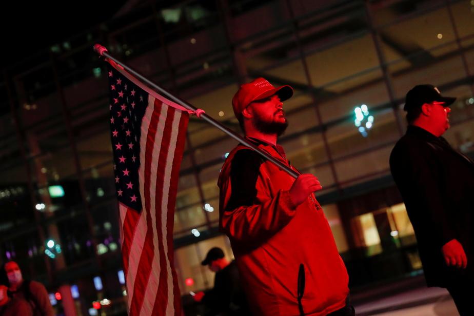Un partisan de Donald Trump prend part à une manifestation en soutien au président sortant dans les rues de Detroit.