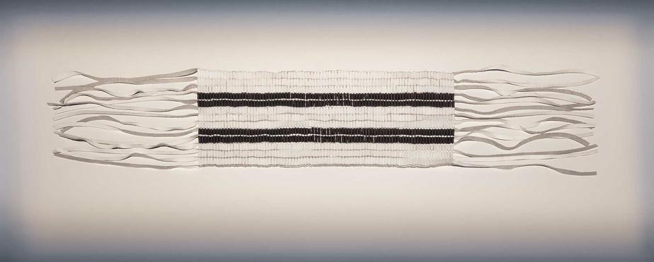 Ceinture wampum à deux rangs, 2016-2017, Skawennati, cuir, tendon artificiel, perles de verre et vernis à ongles, 14,7cm x 73cm x 0,5cm. MBAC, Ottawa.