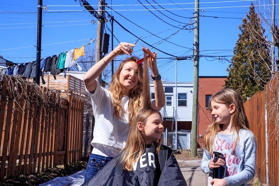 7avril2020. La coiffeuse Brigitte Marsh donne ses meilleurs trucs pour se couper les cheveux soi-même, au moment où les salons sont fermés à Montréal. Elle a la chance d'avoir ses filles, Maxim, 9ans, et Simone, 6ans, pour l'aider dans sa démonstration extérieure.