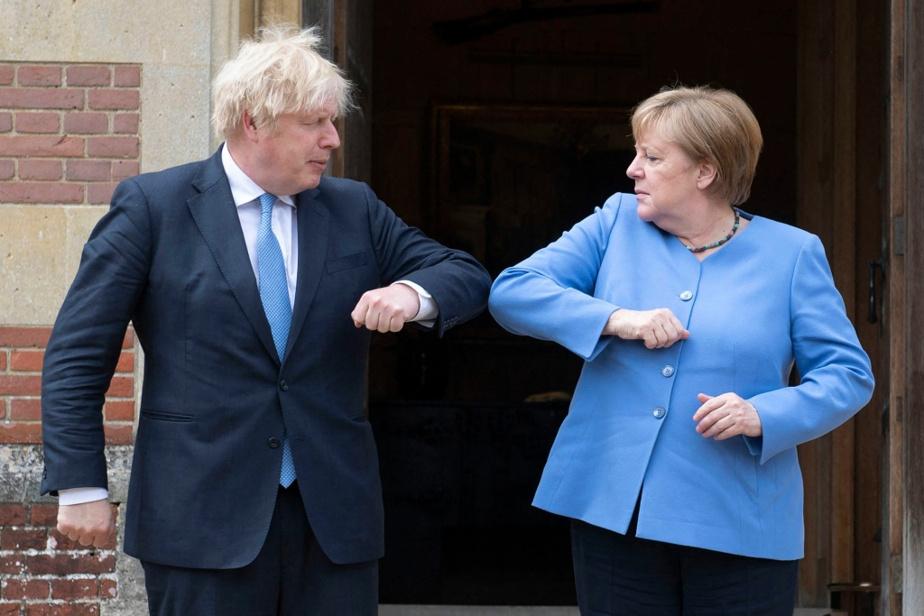 Accueil du coude au Royaume-Uni, pandémie oblige, par le premier ministre Boris Johnson, en juillet dernier