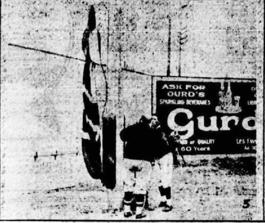 Le même drapeau et la même publicité, lors du match d'ouverture des Royaux de Montréal, en mai1928