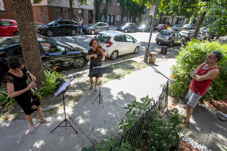 7juillet2020. Des centaines de musiciens professionnels se déplacent en duo dans différents quartiers de Montréal pour offrir leur musique aux citoyens. Sophie Larivière et Nathalie Cadotte improvisent ici un concert sur le trottoir.
