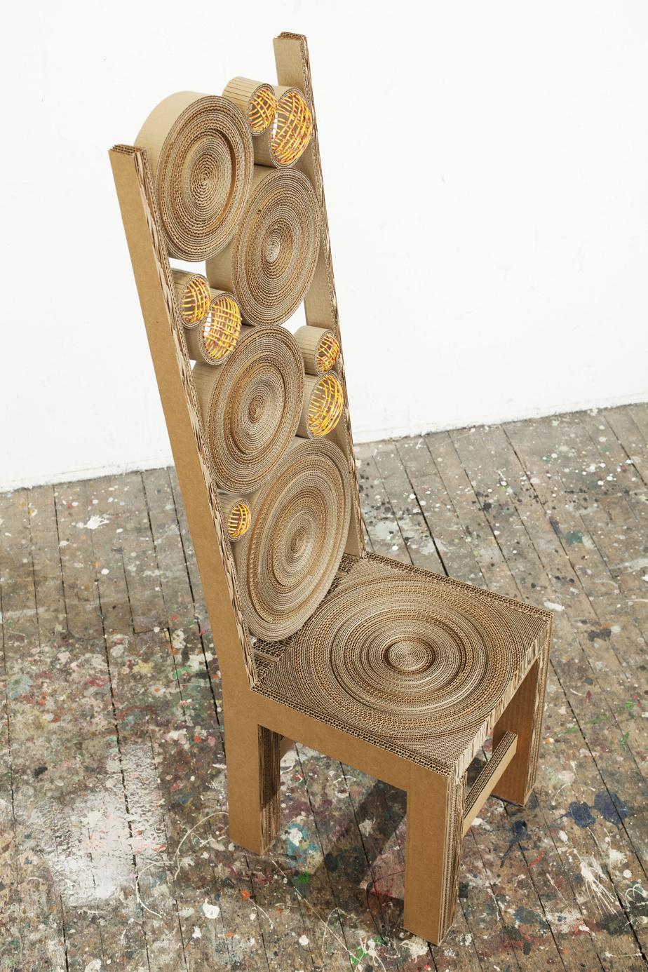 Cette chaise en carton créée par Marie-José Gustave fait partie de la collection permanente du Musée des métiers d'art du Québec.