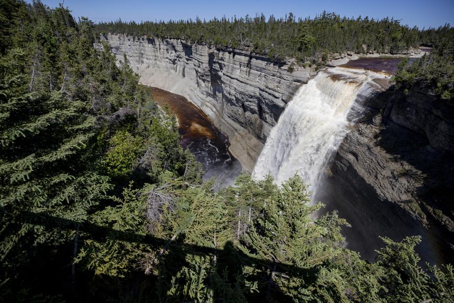 La chute Vauréal, haute de 76m, est l'un des joyaux d'Anticosti. Lorsque le niveau d'eau est plus bas, on peut marcher dans le canyon pour rejoindre le bas de la chute.