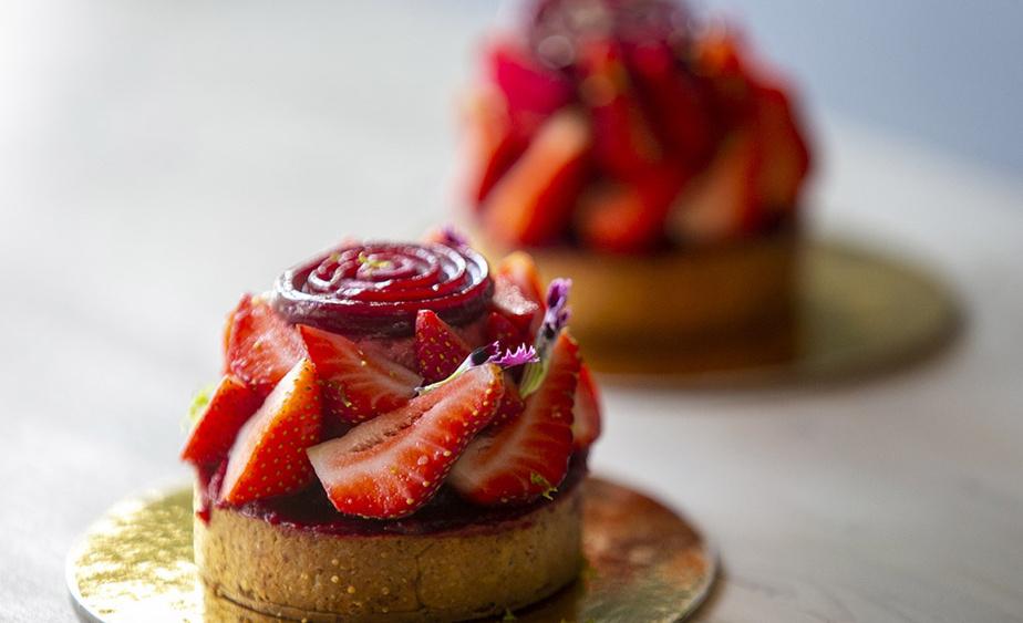 La tarte aux fraises est composée d'une pâte sucrée aux amandes, de crème d'amande, de mousse aux fraises, de confit de fraises et de fraises fraîches.