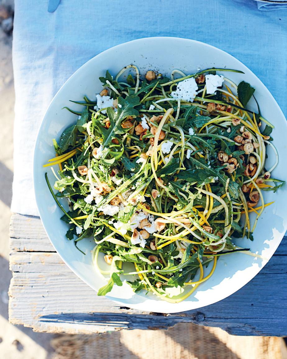 Une excellente salade de courgettes, roquette, feta et noisettes grillées avec vinaigrette au citron, idéale pour les journées chaudes