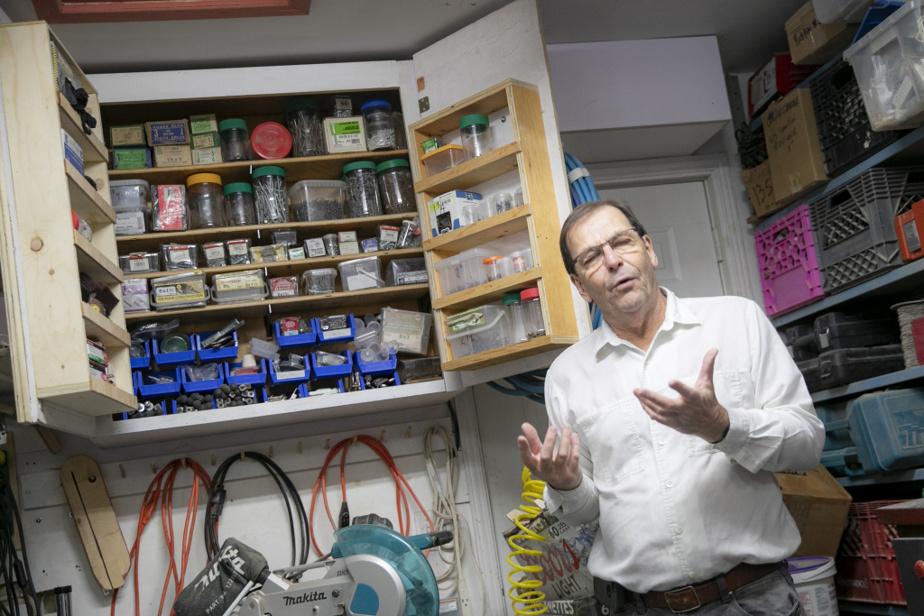 Aimer les outils, c'est aussi en prendre soin, pour Gilles Lalonde. Tout, absolument tout, les vis comme les fils et les outils électriques, est soigneusement rangé dans son garage qui lui sert d'atelier.
