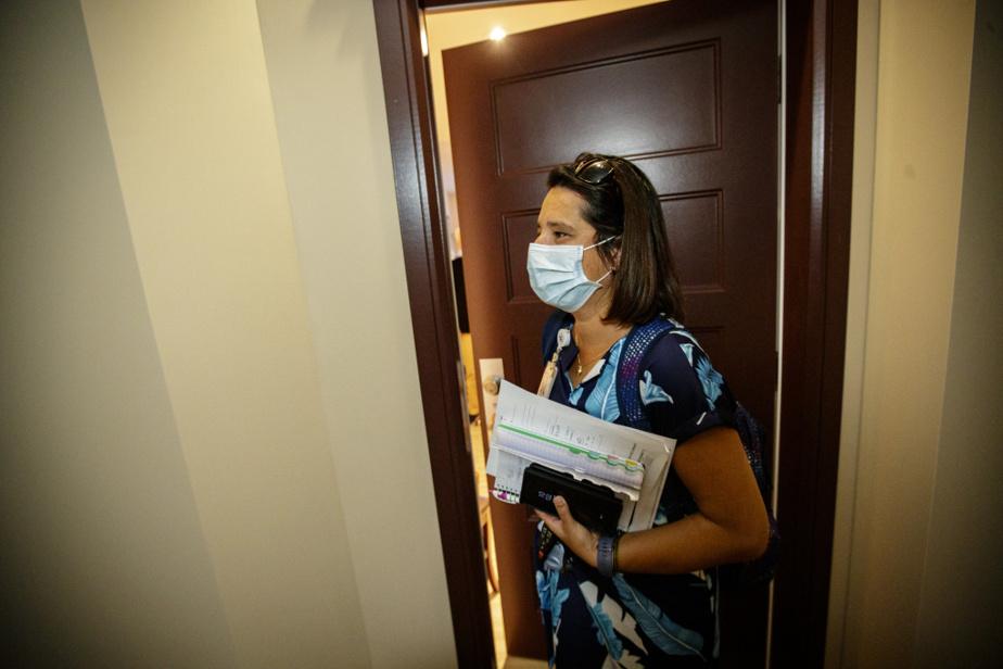 Julie De Matos travaille depuis neufans en soins palliatifs à domicile. Elle s'occupe en moyenne de 12 à 25patients qui ont généralement moins d'un an à vivre. Dans cette équipe, les employés sont stables et le recours à la main-d'œuvre indépendante est rarissime.