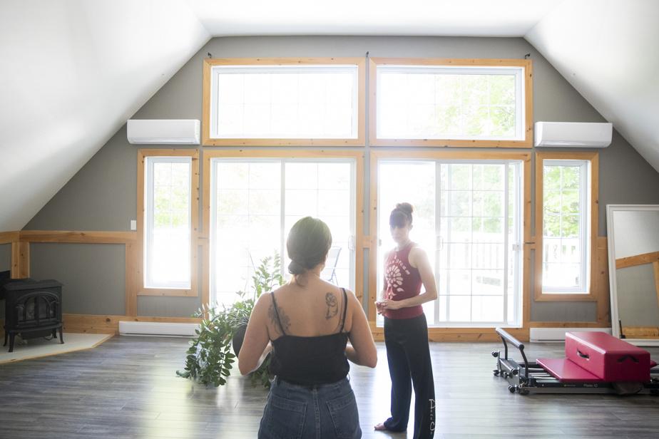 Dans son lumineux studio situé à l'étage de sa maison à Saint-Hyppolite, Céline Cassone reçoit des clients pour des séances privées de SAFE FLOOR.