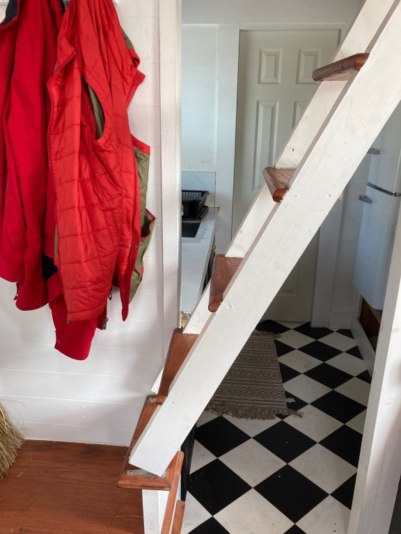 L'escalier de la minimaison se rétracte d'une poussée du petit doigt pour former une cloison ajourée.