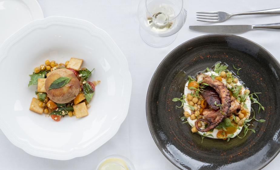 Un agneau crousti-fondant à la fattouche et une pieuvre grillée avec tomates, pois chiche et chorizo, deux plats imaginés par le chef Éric Gonzalez au StoneHaven Le Manoir.