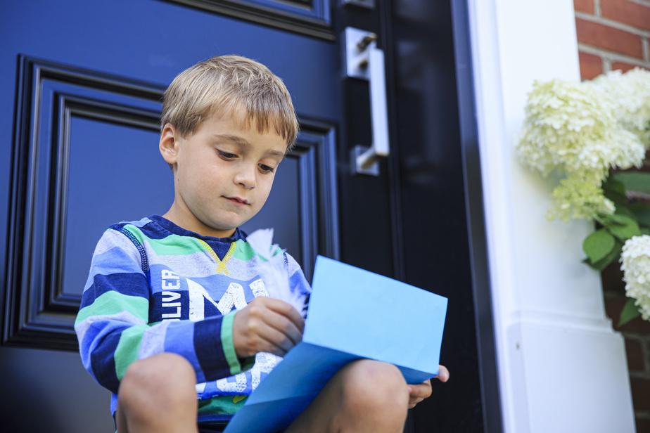 Le but de cette visite à domicile est de diminuer l'anxiété chez les élèves et de créer un lien. Car créer un lien est «primordial», estiment MmeDiane et MmeMarie-Ève. Les enseignants du préscolaire devront porter un masque ainsi que des lunettes de sécurité ou une visière, cette année, notent-elles. Ce premier contact est donc «plus convivial, plus familier».