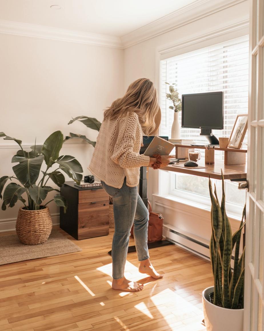 «Les gens ont pris goût à travailler à la maison et ils se rendent compte que la table de cuisine, ça ne fonctionne pas», constate Kimberley Pontbriand, cofondatrice de l'entreprise ergonofis, qui propose entre autres des bureaux ergonomiques conçus au Québec et fabriqués en grande partie dans la province. «Les gens ont envie d'être confortables, précise-t-elle. Ils ont le goût d'avoir un espace consacré au travail et d'être bien équipés, parce que cela fait partie de leur vie.»