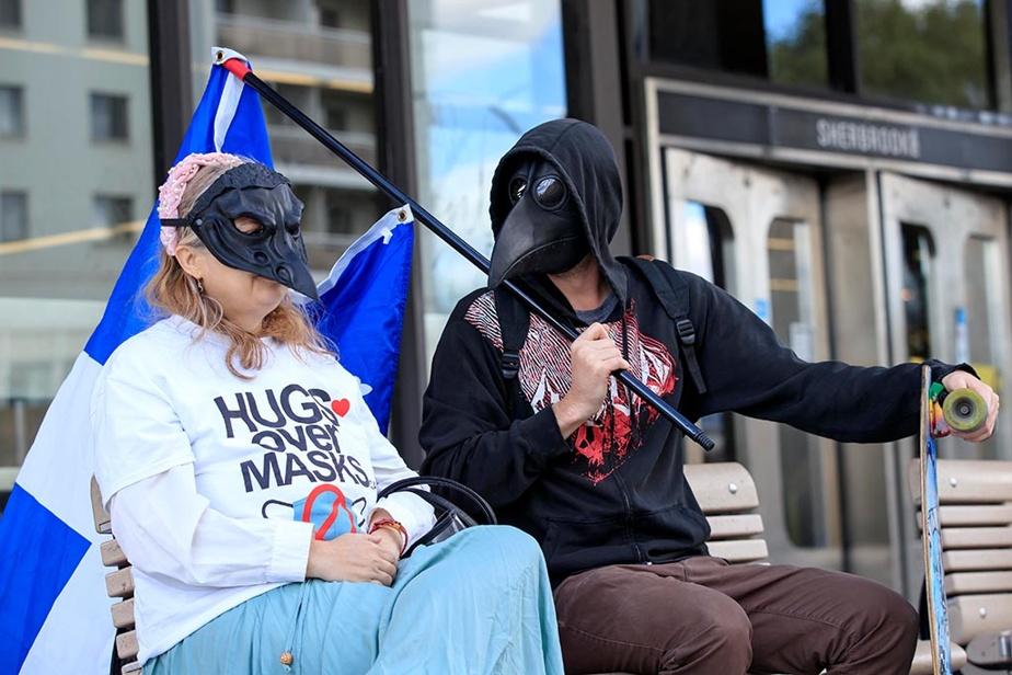 19septembre2020. Une manifestation antimasque au carré Saint-Louis, à Montréal, a réuni une vingtaine de participants qui revendiquaient le droit de refuser de porter le masque. Ce couple a quand même préféré conserver l'anonymat.