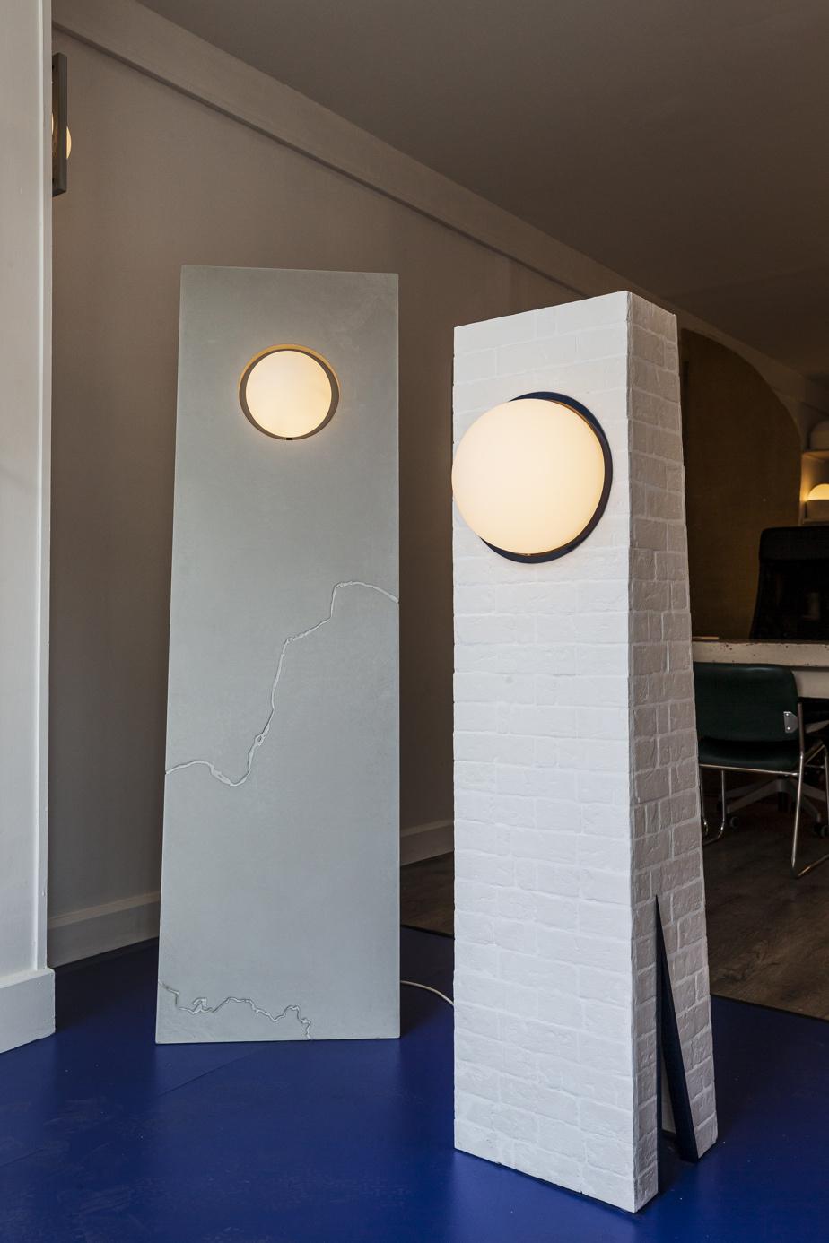 À gauche, LaCarte, une plaque de béton Ductal traversée d'un sillon qui rappelle une carte géographique, «comme si le chemin parcouru finissait par façonner ce que nous sommes», indique Anaïe Dufresne. LaTour, positionnée à droite, s'inspire de la chapelle contemporaine de Peter Zumthor, à Bonn, en Allemagne, qui prend ici l'allure d'un phare.