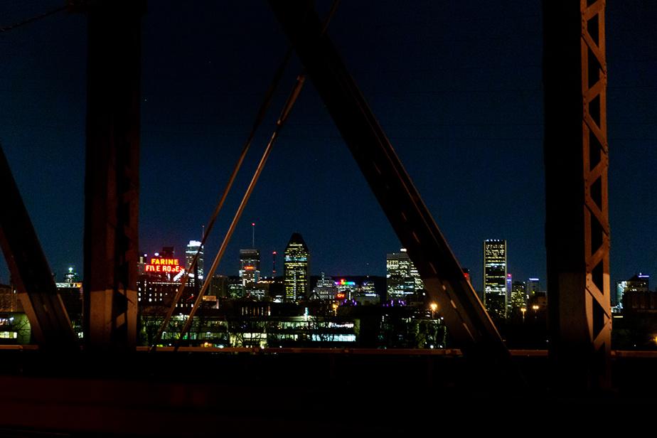 6avril2020. Le centre-ville de Montréal vu du pont Victoria. Un édifice affiche les couleurs de l'arc-en-ciel.