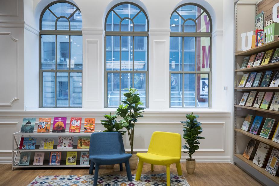 Au deuxième niveau, un coin a été spécialement aménagé pour les enfants, tout près de l'espace présentant les divers morceaux leur étant destinés. Uniqlo a collaboré avec des librairies locales pour la sélection de livres proposée.