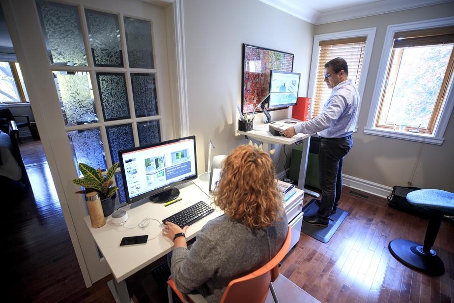 Stéphane Tremblay, agent manufacturier spécialisé dans la vente de mobilier de bureau, estime qu'il est crucial d'être adéquatement équipé pour le télétravail. Sa conjointe, Céline St-Cyr, et lui ont chacun un bureau ajustable pour travailler assis ou debout.