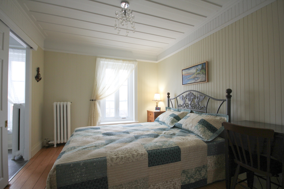Chacune des cinq chambres a sa thématique. Ici, la chambre LesMarées met de l'avant une inspiration maritime.
