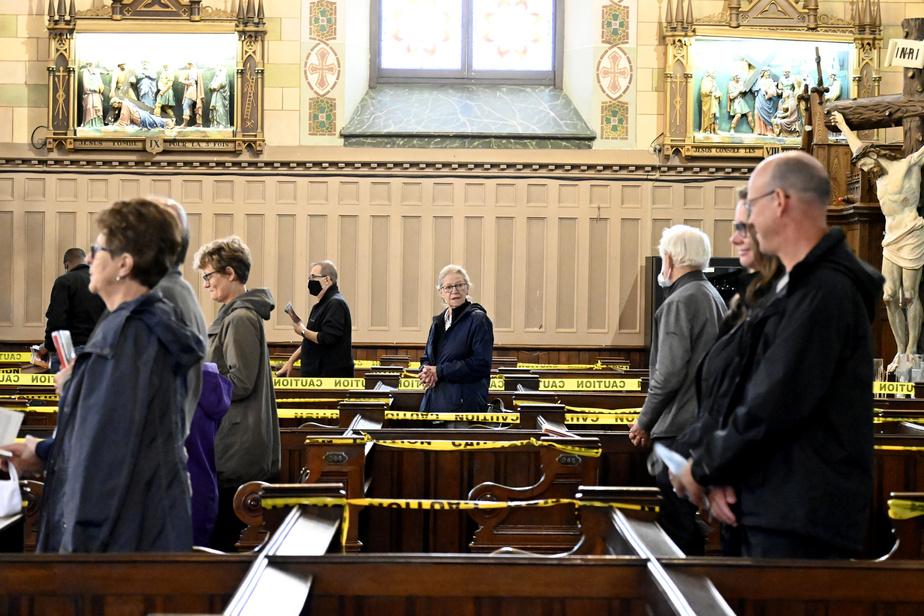 Pandémie ou pas, l'église reste un lieu de rassemblement où les fidèles ont l'occasion de faire un brin de jasette. En raison de la situation actuelle, les salutations se font à distance.