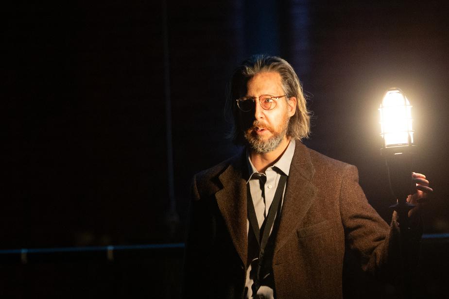 Dans Zebrina, Emmanuel Schwartz éteint la sentinelle à son entrée sur scène. Le théâtre peut renaître.